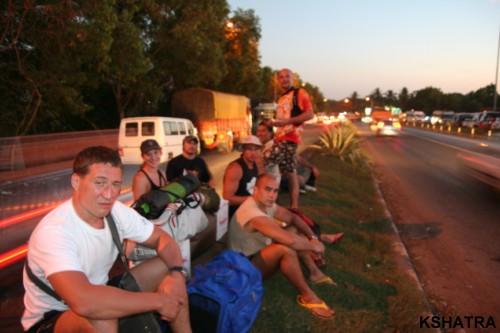 в ожидании автобуса в Хампи